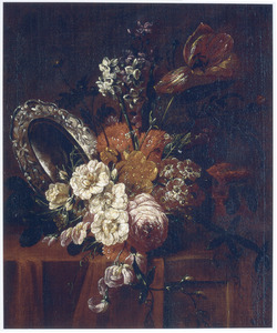 Bloemstilleven met een zilveren schaal op een tafel