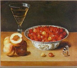 Stillven met een porseleinen schaal met aardbeien, perziken en een wijnglas