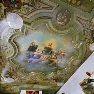 Plafondschildering met de drie goddelijke en andere deugden, omgeven door hoekstukken met ornamenten en koppen en tondo's met bijbelse thema's