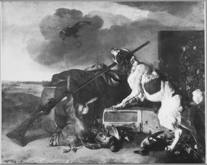 Een hond bij jachtbuit blaft naar een roofvogel