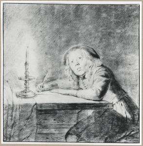Schrijvend jongetje zittend aan tafel bij kaarslicht
