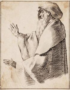 Gebarende oude man gehuld in een mantel met kap