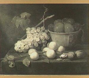 Stilleven van pruimen in een porseleinen kom, een tros druiven, perziken en walnoten