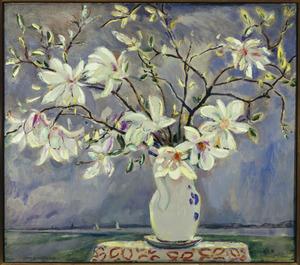 Stilleven met magnolia's op tafel, de Nieuwe Meer op de achtergrond