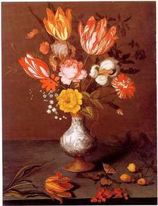 Boeket bloemen in een Wan Li-vaas, een losse tulp en wat klein fruit