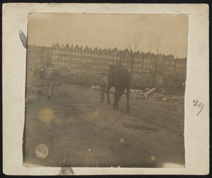 Bouwwerk met arbeider en paard