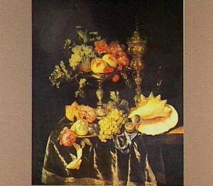 Pronkstilleven met tazza met vruchten, akeleibeker, schelp en horloge op donker kleed