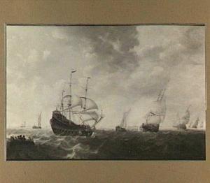 Schepen op kabbelend water, links in de voorgrond een roeiboot