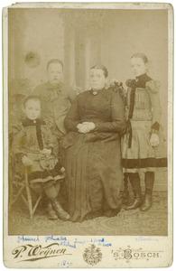Familieportret van Johannet en Gerardus van den Boom, Jansje de Boer en Alberdien van der Boer