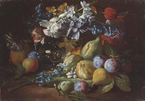 Stilleven met bloemen in een glazen vaas en vruchten