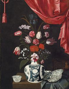 Stilleven met bloemen in een vaas en Wan-li porseleinen vaatwerk op een tafel