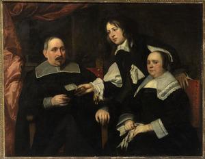 Familieportret van een onbekend echtpaar en hun zoon