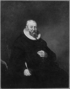 Portret van een man met een ganzenveer in de rechterhand
