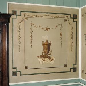 Ornamenteel behangsel met rokende urn