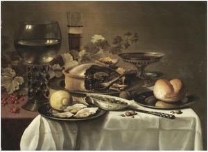 Stilleven met roemer, bierglas, tazza, brood en gebak op tinnen schotels, schaaltje olijven en bord met oesters op een deels met een wit kleed bedekte tafel