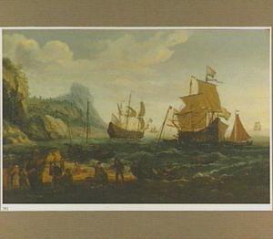 Hollandse schepen voor een rotsachtige kust; in de voorgrond een visafslag op een strand