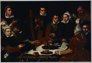 Elegant gezelschap zingend en musicerend aan een gedekte tafel