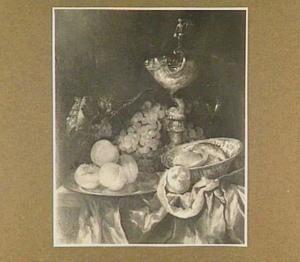 Stilleven met krulbeker, wijnglas en porseleinen schaal, perzikken en druiven op een tafel met kleed