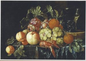 Stilleven van vruchten, kreeftjes en een roemer