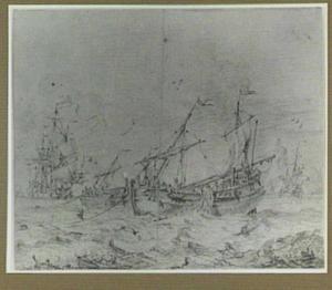 Vissersschepen voor een rotsige kust