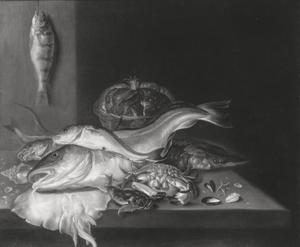 Visstilleven met schol, een krab en een steur
