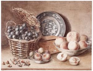 Stilleven met rieten mand, vruchten en aardewerken bord