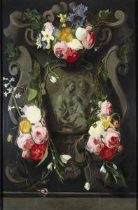 Gebeeldhouwde cartouche versierd met bloemen rondom een voorstelling van de Heilige Familie