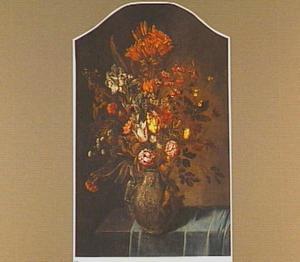 Boeket van bloemen in een gedecoreerde vaas