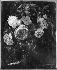 Festoen van bloemen en vruchten, hangend aan een blauw lint