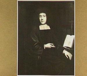 Portret van een priester, met rechts een boek en een crucifix