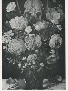 Bloemen in een noppenglas op een stenen plint