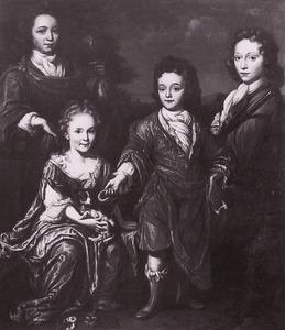 Portret van drie onbekende jongens en een meisje