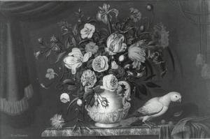 Marmeren vaas met tulpen, rozen en andere bloemen en een papegaai