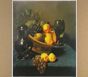 Stilleven met een mand vol fruit tussen een tinnen kan en een roemer
