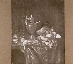 Stilleven met akeleibeker, kan met tuit, porseleinen schaal met vruchten op een oosters kleed