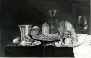 Stilleven met een kreeft, drinkgerei en vruchten
