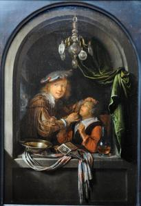 Een jonge vrouw bij de tandarts, op de achtergond een vrouw met een kandelaar