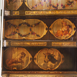 Medaillon met o.a. een vrouw, een ram en een stierenkop