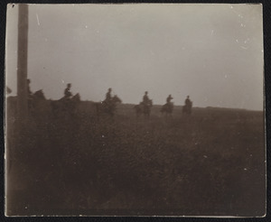 Groep militairen te paard tijdens een militaire manoeuvre