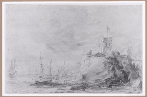 Kustgezicht met schepen op zee, rechts een fort