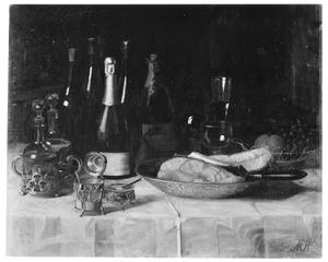 Stilleven met flessen en tafelgerei