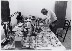 Lucebert aan het werk in zijn atelier in Jávea (Spanje)
