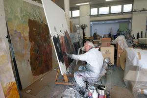 Armando werkend in zijn atelier