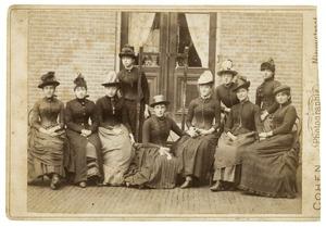 Portret van een groep vrouwen, waaronder Lucie van Dam van Isselt (1871-1940)