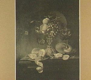 Stilleven met tazza met vruchten, oesters en schelp