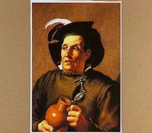 Man met veer op zijn hoed met een bierkan