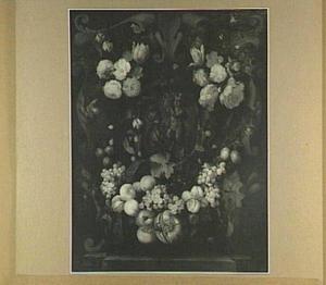 Cartouche versierd  met bloemen en vruchten rond een voorstelling van een sater en een putto