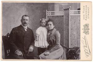 Portret van Frans Jacob Broers (1867-1928), waarschijnlijk Susanna Barbara de Vos (1877-1947) en waarschijnlijk Anna Margaretha Broers (1900-?)
