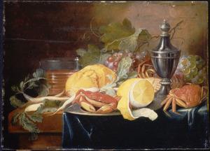 Stilleven met vruchten, krabben en een stroooibus op een gedrapeerde tafel