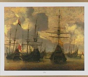Verschillende koopvaarders voor anker; op de achtergrond het silhouet van een havenstad